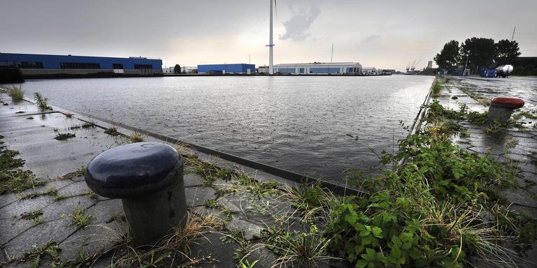 Donkere wolken boven de haven voor binnenvaartschepen op bedrijventerrein Heerenveen-Noord.