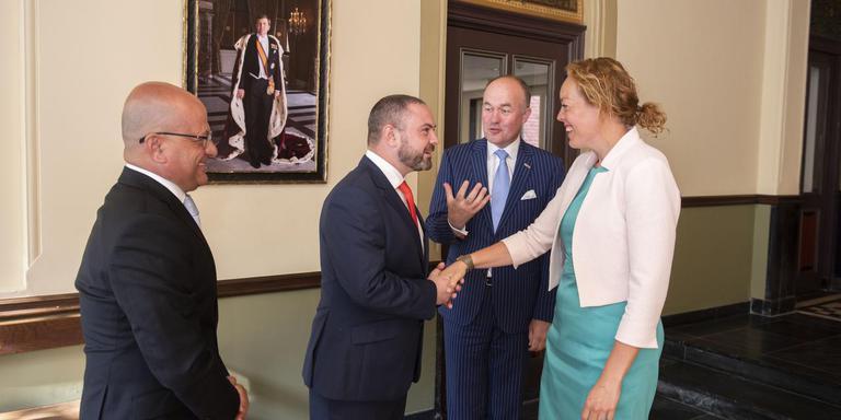 Minister Owen Bonnici wordt ontvangen op het Provinsjehus door commissaris der koning Arno Brok en gedeputeerde Sietske Poepjes. Links staat staatssecretaris Deo Debattista. FOTO HOGE NOORDEN/JACOB VAN ESSEN