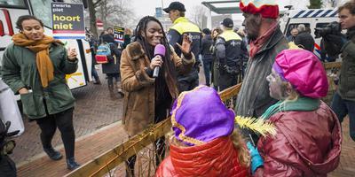 Demonstranten van Kick Out Zwarte Piet in Dokkum, tijdens een speciale demonstratie op 2 december vorig jaar. FOTO MARCEL VAN KAMMEN