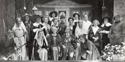 De spelersgroep van 1955 maakt zich op voor Nofrita de Woudprinses. Zittend, met grijs haar: juffrouw Zijlstra. FOTO SINTERKLAASSPROOKJE WOLVEGA