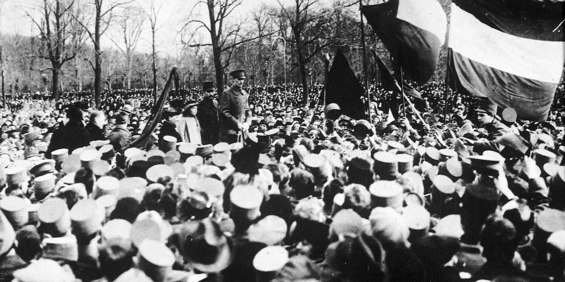 Een koningsgezinde betoging op het Haagse Malieveld op 18 november betekent het einde van de omwenteling die Troelstra voor ogen heeft. Koningin Wilhelmina, prins Hendrik en de kleine prinses Juliana worden toegejuicht door duizenden. Rechtsboven is een Friese vlag te zien. FOTO BENELUX-PRESS