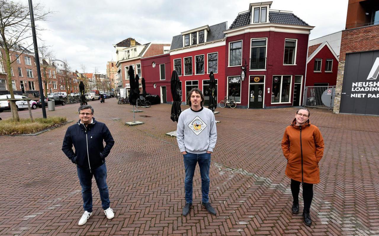 Dirk-Jan Kimsma, Menno Feenstra en Michelle Beerstra voor het lege terras van De Markies.