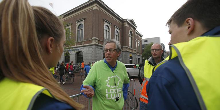 André van der Werf overlegt met verkeersregelaars. FOTO HENK JAN DIJKS