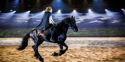 Hoofdrolspeler Jelle de Jong te paard tijdens een repetitie van De Stormruiter.