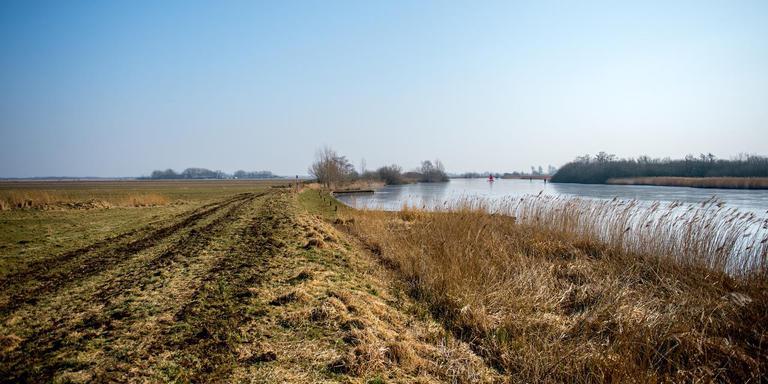 Het slootwater in de ontwaterde veenpolder De Hege Warren (links) staat lager dan de boezem (rechts). FOTO JILMER POSTMA