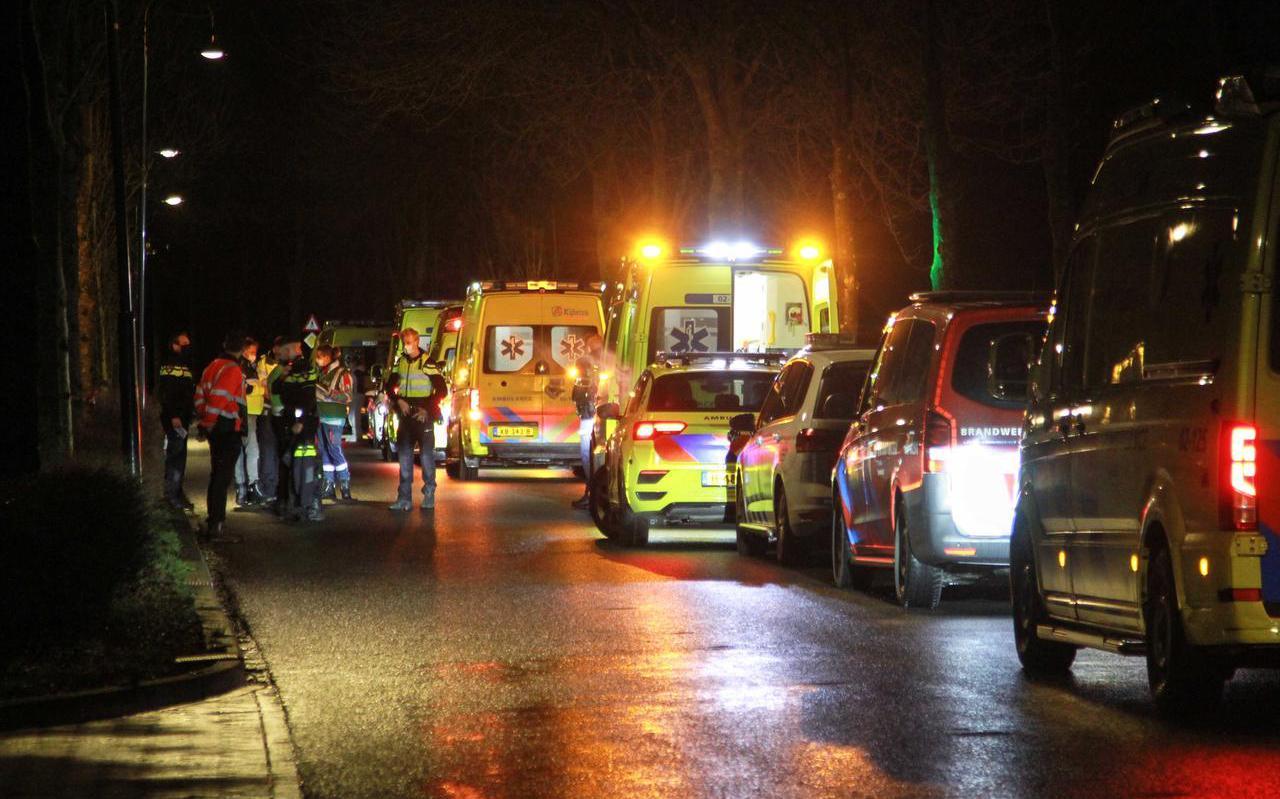Enkele minuten nadat het brandalarm bij woonzorgcentrum De Herbergier afging, vulde de Hearewei zich met auto's van de politie, brandweer en de ambulancediensten.