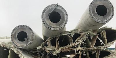 Uit elkaar gereten rotorbladen, waar de glasvezels uitspringen,