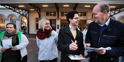 Rob Jetten deelt verkiezingsfolders uit in Leeuwarden. Willem Breeuwsma vraagt een handtekening. ,,Ik heb er ook een van Alexander Pechtold.''