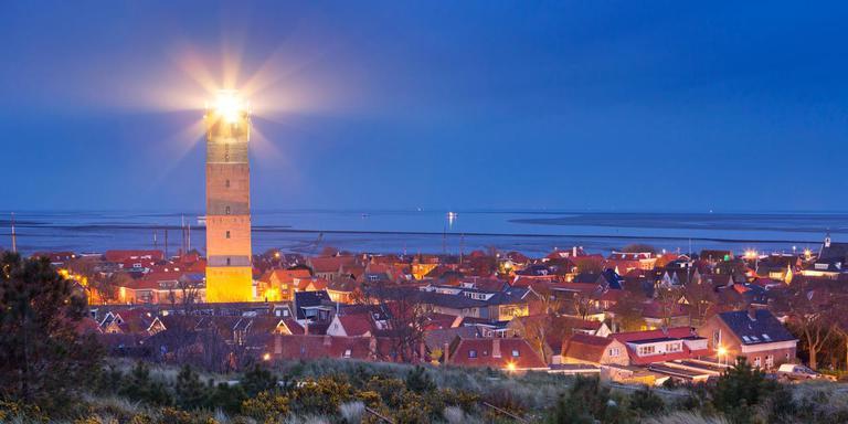 De Brandaris schijnt zijn licht over Terschelling en de Waddenzee. FOTO LC