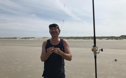 Rob van Essen op het Noordzeestarnd bij Midsland aan Zee.  FOTO LC