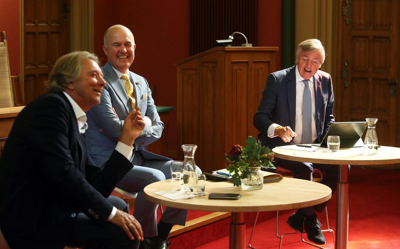 oud-burgemeester Hayo Apotheker (links), commissaris van de Koning Arno Brok en één van zijn voorgangers Loek Hermans in de Statenzaal in gesprek over bestuurlijke vernieuwing.