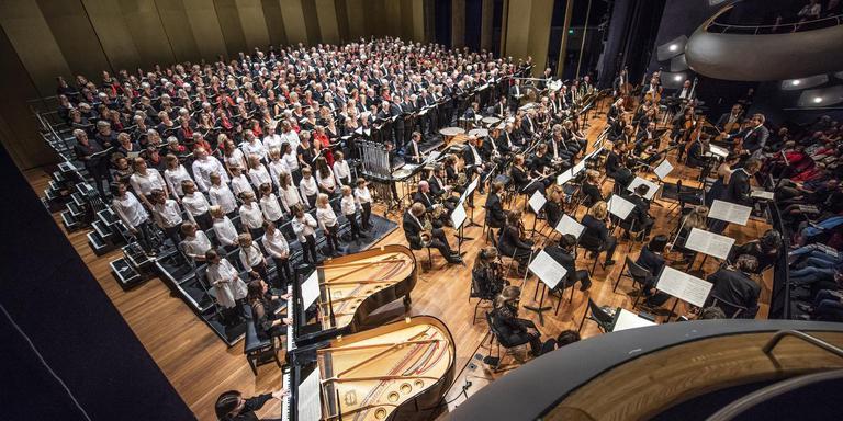 De ruim vierhonderd zangers en muzikanten vulden het hele podium van de grote zaal in de Leeuwarder Harmonie.