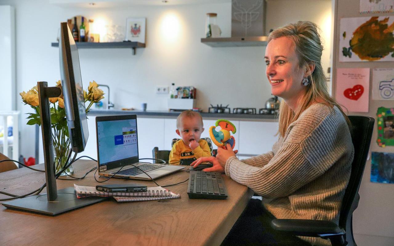 Annemieke Wassenaar werkt thuis in Oudehaske aan de keukentafel, zoontje Jurre kijkt toe.