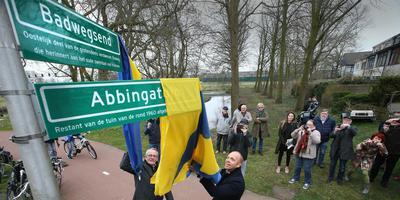 Johan Dalstra (links) en wethouder Hein de Haan onthullen de borden bij het resterende stukje Badweg. Ze moeten nog een beetje worden bijgedraaid, want het Badwegsend is rechts van de sloot. FOTO NIELS WESTRA