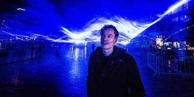 """Daan Roosegaarde onder het 'golfdak' van Waterlicht op het Wilhelminaplein. ,,Er is gebrek aan verbeelding."""" FOTO HOGE NOORDEN/JACOB VAN ESSEN"""