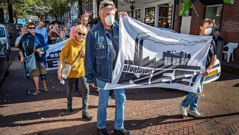 Zaterdag protesteerden ruim tweehonderd Harlingers tegen de afvaloven. Fotograaf Niels de Vries