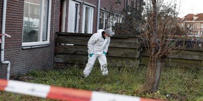 Een politieman op zoek naar sporen na de dodelijke steekpartij in Sneek donderdagochtend. FOTO NIELS DE VRIES