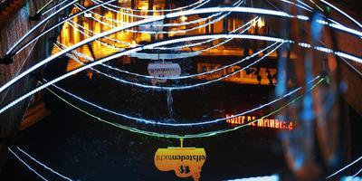 De sfeerverlichting boven de Bolswarder gracht. FOTO CATRINUS VAN DER VEEN