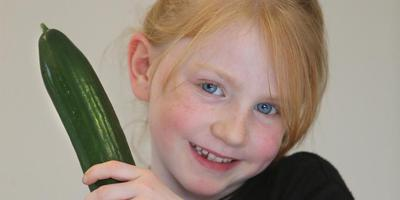 Lizzy (7) van Leeuwarder basisschool De Kinderkoepel staat model voor de gezondere eetgewoonten van de Friese schoolkinderen. FOTO NIELS WESTRA