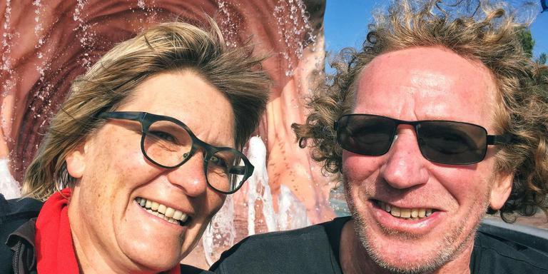 Edith Velema en Jacques Warmerdam bij de visfontein in Stavoren.