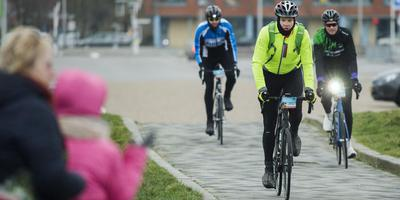 Deelnemers aan de Winterfietselfstedentocht arriveren bij de Elfstedenhal in Leeuwarden. FOTO MARCEL VAN KAMMEN