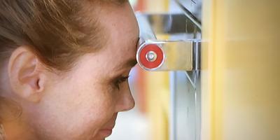 'Meesterbakker' van de week Nicole kijkt naar haar oven. FOTO SCREENSHOT NPO1