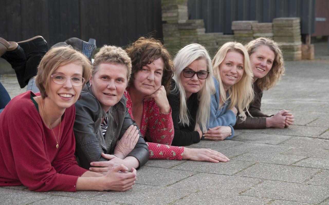 Zes Friese organizers die het Marie Kondo-effect merken. V.l.n.r: Ymkje Kuperus, Tineke ten Brug, Tea Rodenburg, Johanna Hoekstra, Jenny van den Hurk en Christa de Bos FOTO: NIELS AKKER