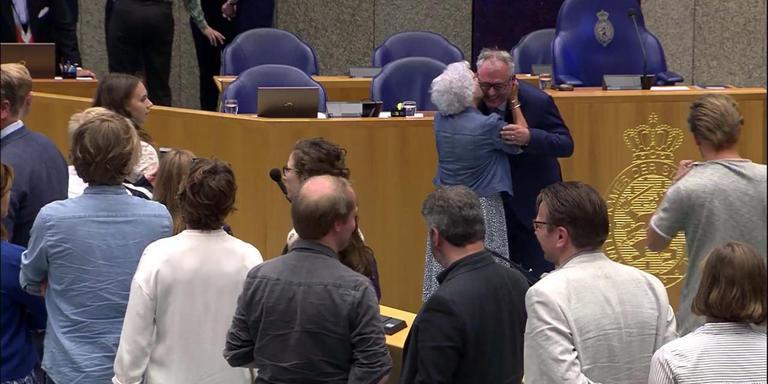 Renkema wordt na zijn installatie omhelsd door zijn moeder (89) uit Beetsterzwaag.