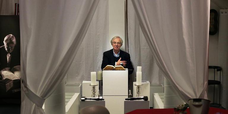 Marchienes Geersing zit op de stoel van de Achtbare Meester in de mini-tempel op de expositie. FOTO NIELS WESTRA