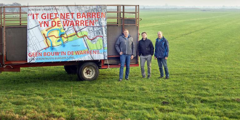 Eddy Westra, Simon Meinema en Theo Claassen bij een protestkar in De Warren. FOTO MARCEL VAN KAMMEN