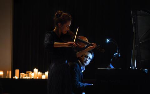 Noa Wildschut (viool) en Yoram Ish-Hurwitz (piano) tijdens een optreden in Oranjewoud.