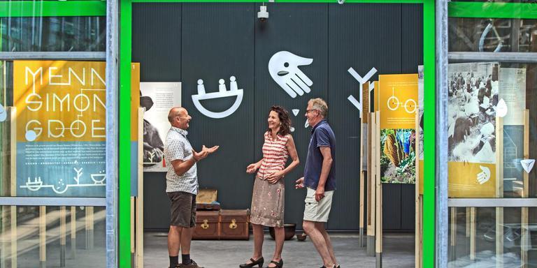 Menno de Vries, Yvonne Willems en Klaas Smit (v.l.n.r.) praten over de expositie over Menno Simons in Groencentrum Witmarsum.