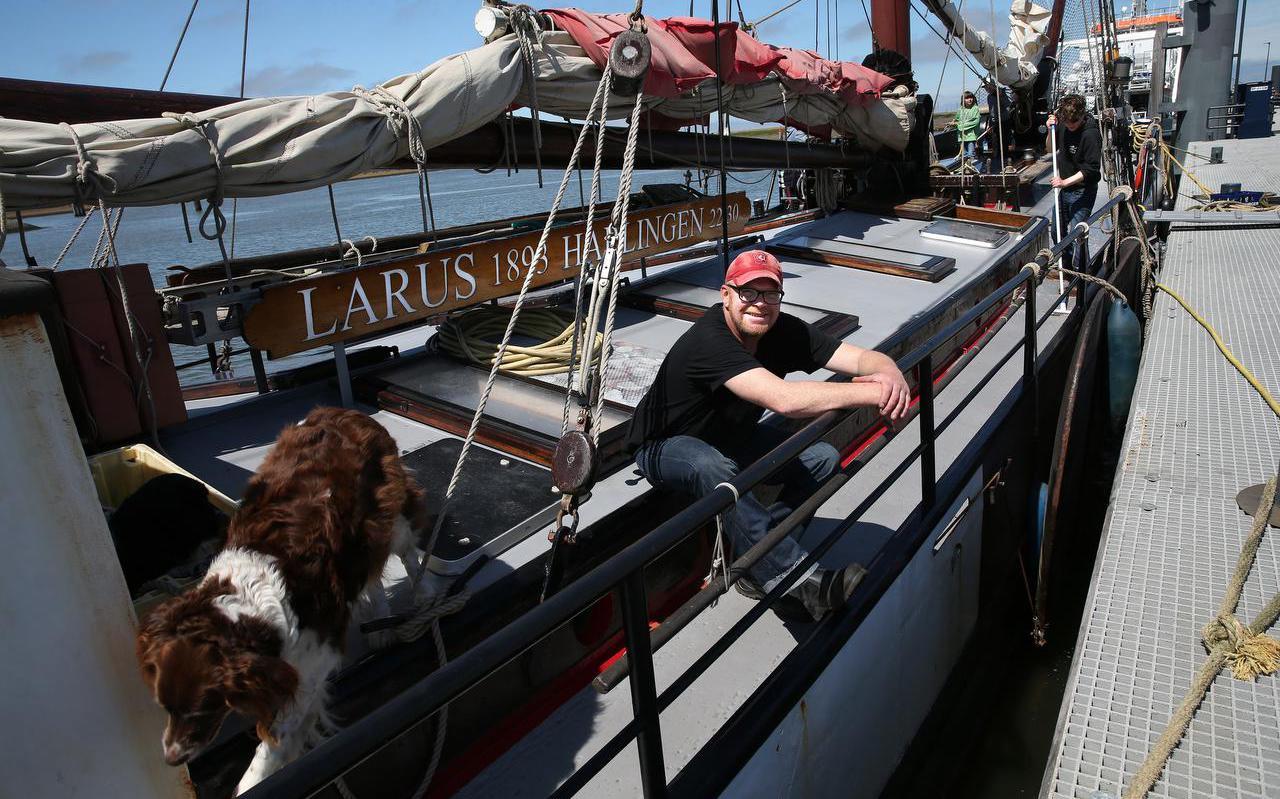 """Schipper Tom Hamer, eigenaar van de tjalk Laurs, is blij met de steun voor de bruine vloot. ,,Ik heb veel moeten bijlenen."""""""