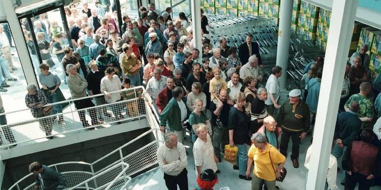 De opening van de kampeerhal van de Vrijbuiter in 1988. FOTO ARCHIEF