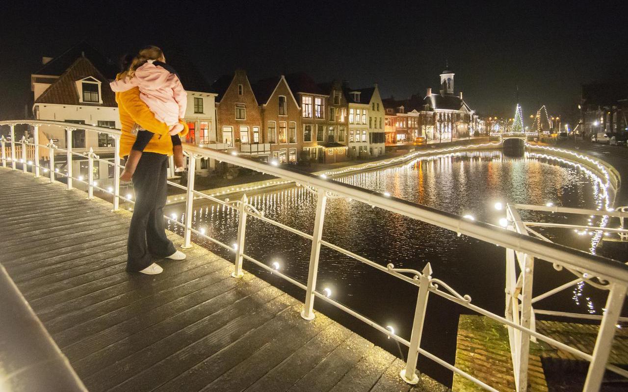 Linda Prins en haar nichtje Sanne genieten op de Bontebrug in Dokkum van de fraai verlichte binnenstad.
