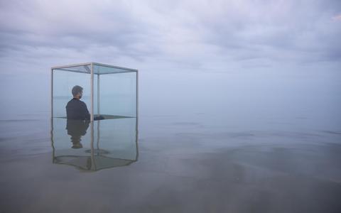 De voorstelling 'WE HAVE NEVER BEEN MODERN' op Oerol 2018 nodigde bezoekers uit zich te bezinnen op het langzaam stijgende water.  FOTO ANKE TEUNISSEN/HOLLANDSE HOOGTE