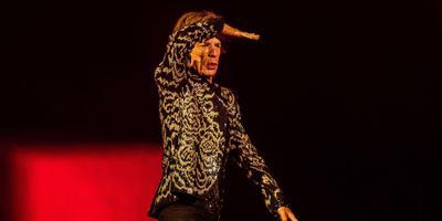 Mick Jagger tuurt vanaf het podium naar de tribunes, waar onder meer drie generaties Stobbe zitten. FOTO ANP/PAUL BERGEN