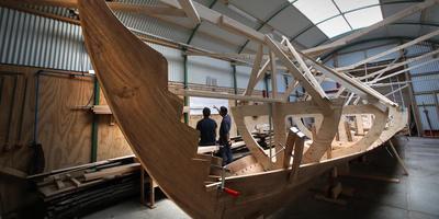 Het Vikingschip op de werf in Sneek begint vorm te krijgen. Het gevaarte wordt gebouwd door studenten van ROC Friese Poort. FOTO NIELS WESTRA