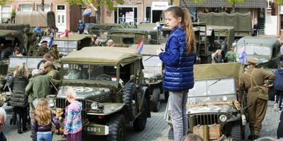 Keep Them Rolling: tientallen oude legervoertuigen door Noordoost-Friesland, hier op de Markt in Dokkum. FOTO MARCEL VAN KAMMEN