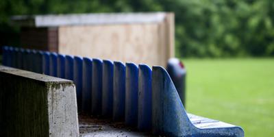 De resten van de dugout bij het korfbalveld van SC Twijzel. FOTO MARCEL VAN KAMMEN