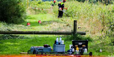 Agenten doen onderzoek in het weiland waar het lichaam van Tjeerd van Seggeren vorig jaar werd gevonden. FOTO LC/ARODI BUITENWERF