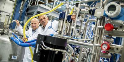 Wafilin CEO Henk Schonewille en technisch directeur Harry van Dalfsen voor de test installatie voor filteren van eiwitten uit aardappelen die leidt tot een nieuwe fabriek van 17 miljoen in Ter Apelkanaal (Foto Maarten van Essen).