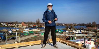 Architect Rein Hofstra kijkt uit over de Minne Finne. Hij staat op een nieuw appartementengebouw aan de Volmawei, dat door hem werd ontworpen. FOTO NIELS DE VRIES