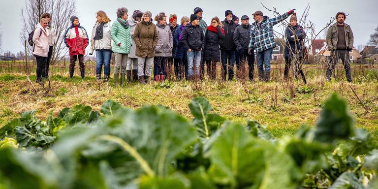 Bij Us Hôf in Sibrandabuorren volgden 21 mensen, veelal vertegenwoordigers van dorpen, een cursus voor het opzetten van een grote productiemoestuin. FOTO NIELS DE VRIES