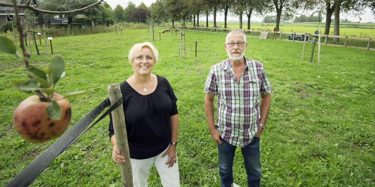 Ingrid Brunsting en Taeke Sijens bij de eerste appel van het Hantumer voedselbos. FOTO MARCEL VAN KAMMEN
