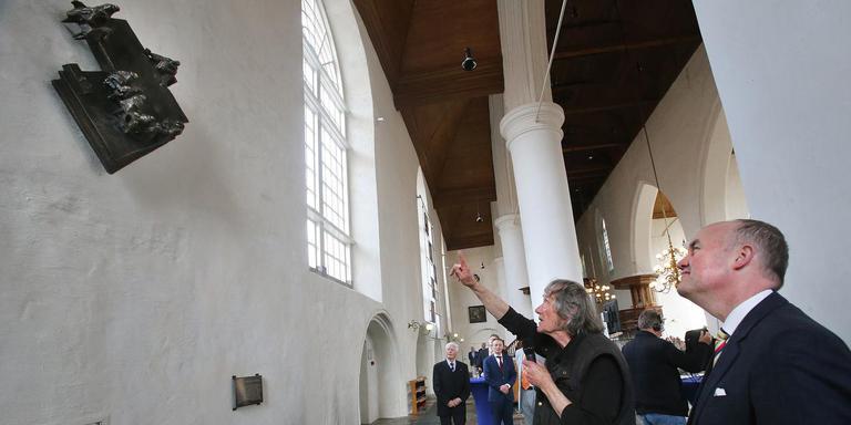 Commissaris Arno Brok onthulde het beeld, dat in de inzet beter te zien is. Naast hem, wijzend, beeldhouwer Eric Claus. FOTO NIELS WESTRA