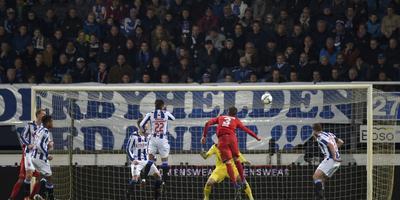 Vijf spelers van Heerenveen en doelman Erwin Mulder kijken toe als Bruno Uvini (nummer 3) de 1-1 binnen kopt voor FC Twente.