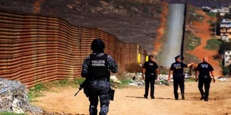 Trump bekijkt voorbeelden van grensmuren