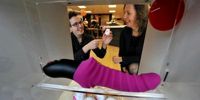 Terwijl marktleider Christine le Duc de helft van haar 26 winkels sluit, opent Mark Muller juist zijn erotiekwinkels Euphoria in Heerenveen. Op de foto legt hij het doel van een verpakt ei uit aan zijn moeder Monique Ketelaar. FOTO ALEX J. DE HAAN