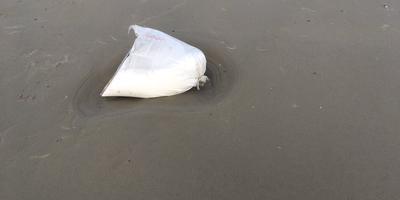 De zak peroxide die donderdag aanspoelde op Schiermonnikoog. FOTO TWITTER